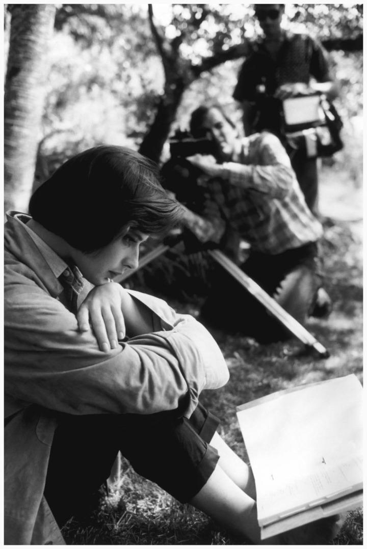 isabella-rossellini-studying-her-lines-for-david-lynchs-film-blue-velvet-in-massachusetts-1985-eve-arnold